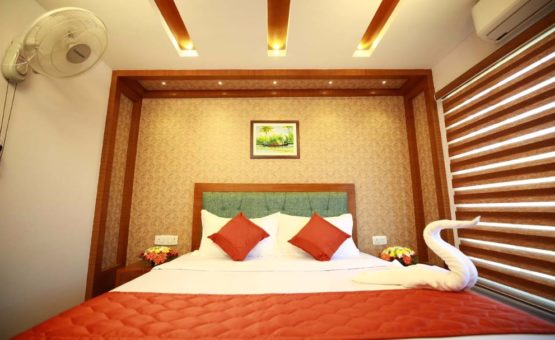 Luxurious Alleppey Houseboat Bedroom