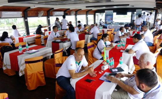 Dining in alleppey houseboat