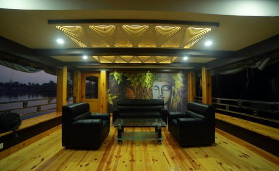 Luxurious alleppey houseboat lobby area