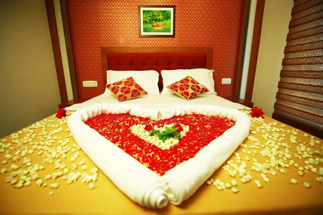 Luxurious Honeymoon Houseboat